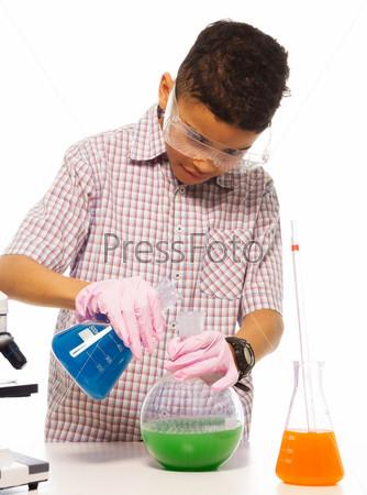 Фотография на тему Мальчик в лаборатории