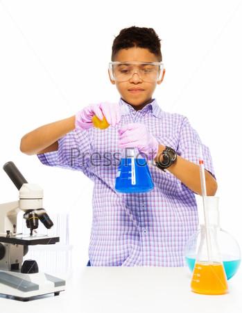 Мальчик в лаборатории