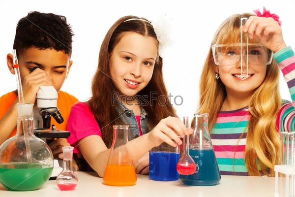 Школьники в научной лаборатории