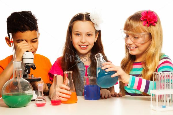 Фотография на тему Школьники в научной лаборатории