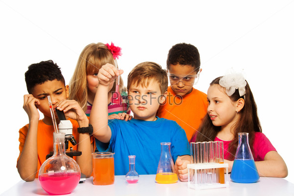 Школьники на уроке химии