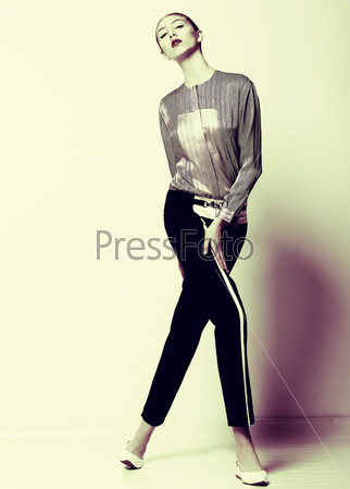 Привлекательная модель в черных брюках