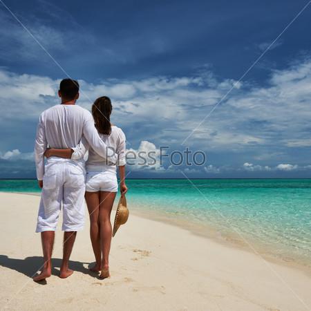 Пара на пляже в Мальдивах