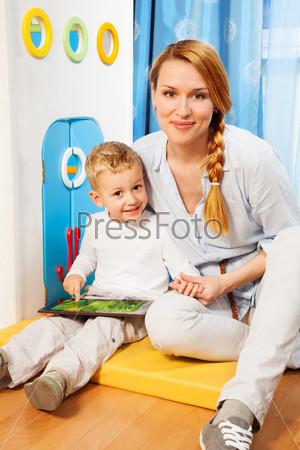 Мать и сын с планшетом