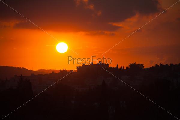 Красивый закат с красным солнцем