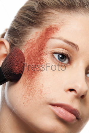 Нанесение румян на щеки