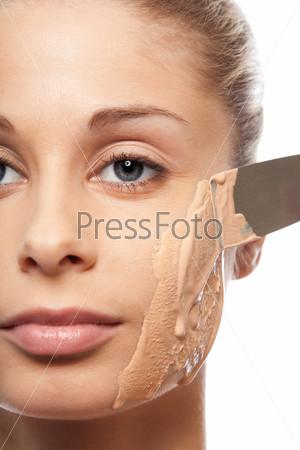 Нанесение основы под макияж лопаткой