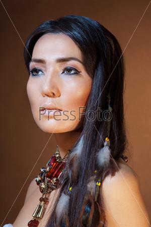 Портрет женщины в костюме американских индейцев
