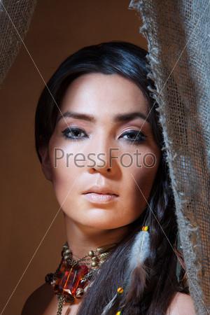 Фотография на тему Портрет женщины в костюме американских индейцев
