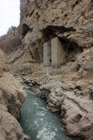 Фотография на тему Ушкалойские сторожевые башни в Аргунском ущелье в горах, Чеченская республика