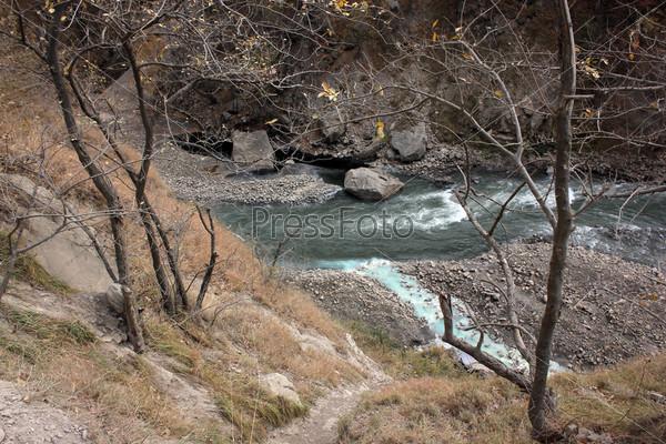 Серный источник в Аргунском ущелье в горах, Чеченская республика