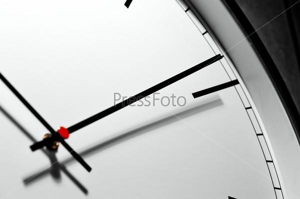 Настенные часы в классическом стиле крупным планом