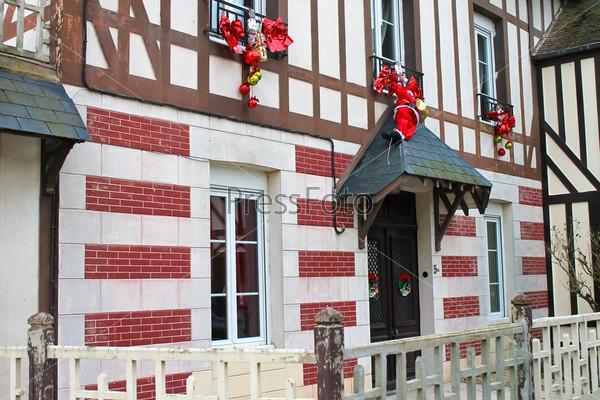 Фотография на тему Праздничные рождественские украшения на фасаде старого французского дома