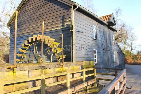 Сельская старая водяная мельница. Франция