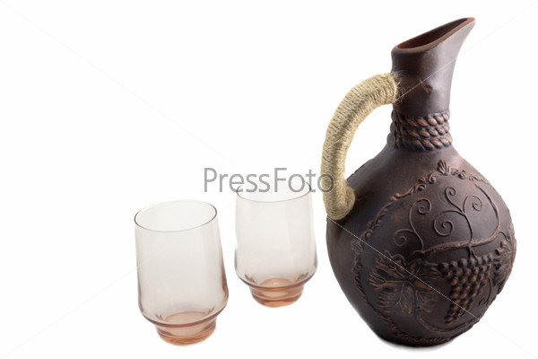 Керамический кувшин для вина из красной глины на белом фоне