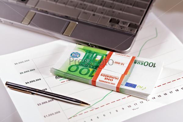 Деньги на фоне графика