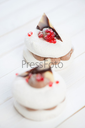 Бисквитные пирожные на деревянных досках