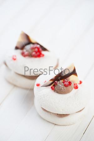 Пирожные на деревянных досках