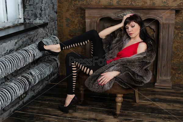 Фотография на тему Модель в меховом пальто позирует в старинной комнате