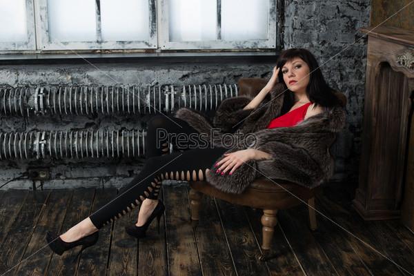Студийный портрет модной женщины в старинной комнате