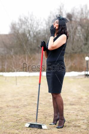 Стильная женщина в черном платье