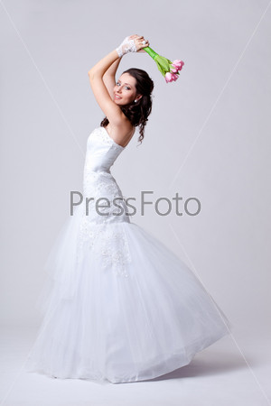 Красивая невеста в студии