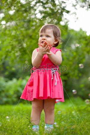 Милая маленькая девочка на лугу