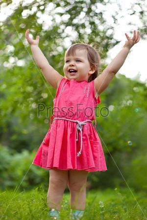 Фотография на тему Милая маленькая девочка поднимает руки вверх