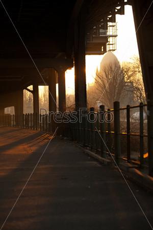 Фотография на тему Восход солнца у станции метро