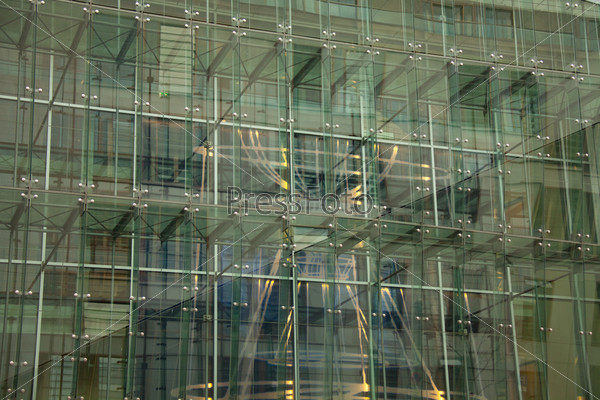 Сталь и стекло на фасаде здания