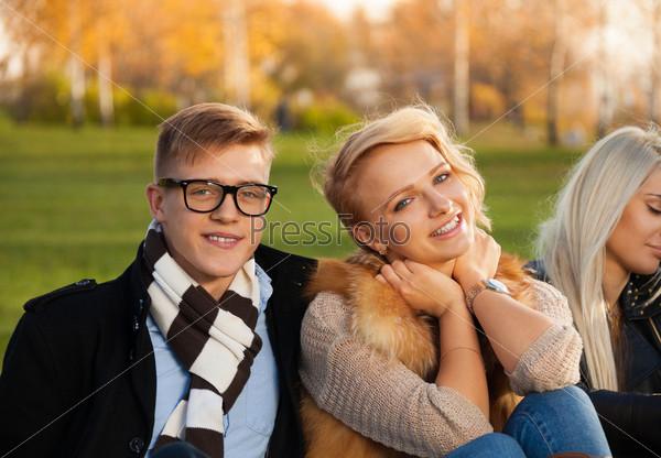 Счастливая компания в осеннем парке