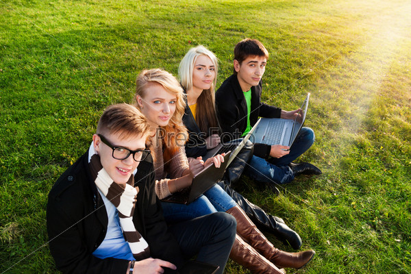 Четверо студентов с ноутбуками