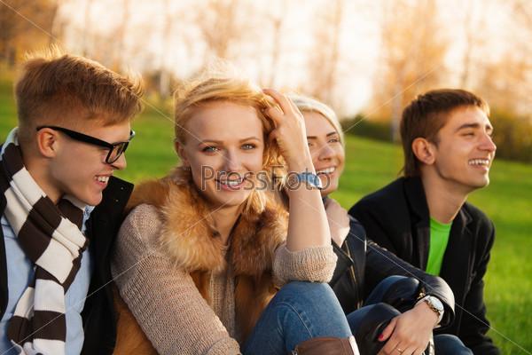 Фотография на тему Счастливая компания, сидящая в парке