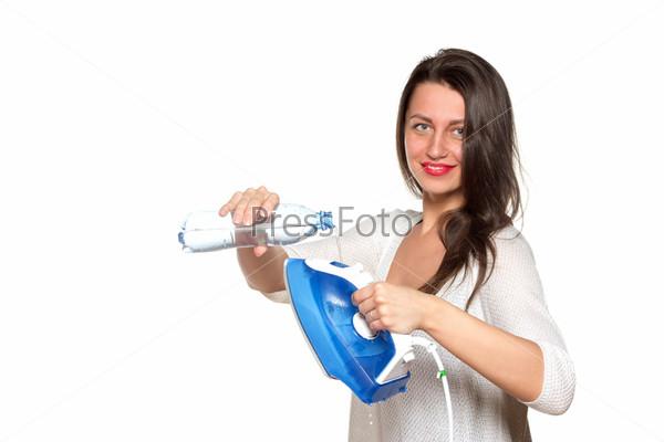 Девушка наполняет утюг водой