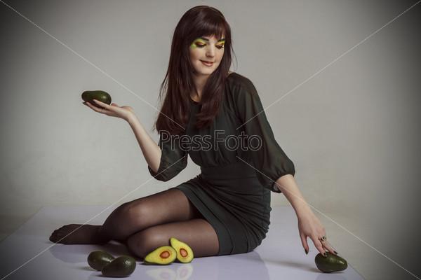 Девушка с авокадо