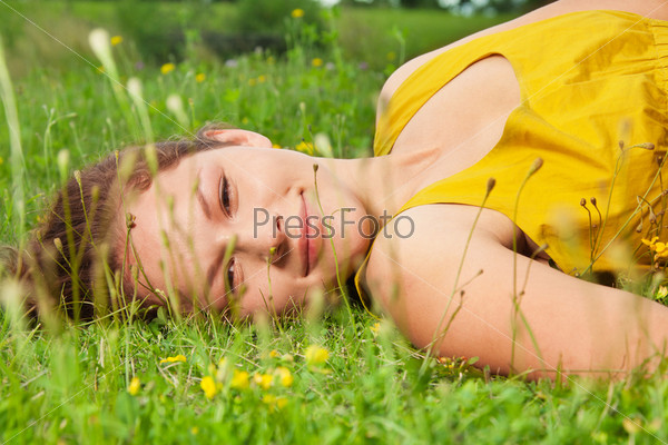 Фотография на тему Девочка лежит на зеленой траве