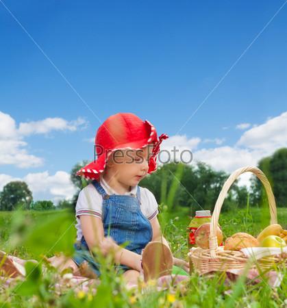 Ребенок с корзиной для пикника