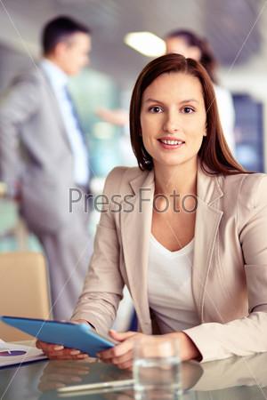 Фотография на тему Бизнес-леди с сенсорной панелью