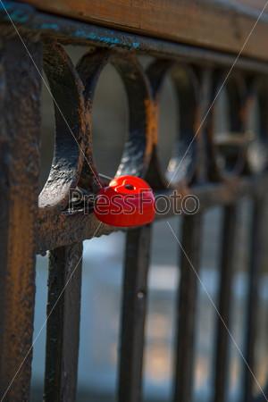 Замок в форме сердца на заборе