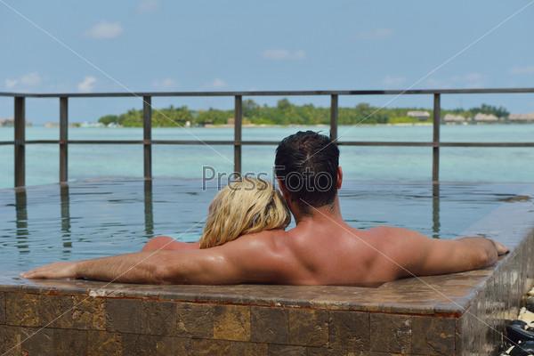 Счастливая молодая пара веселится и отдыхает на летних каникулах