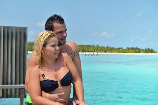 Счастливая молодая пара отдыхает на летних каникулах