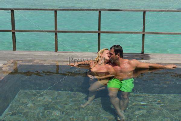 Фотография на тему Счастливая молодая пара отдыхает на летних каникулах