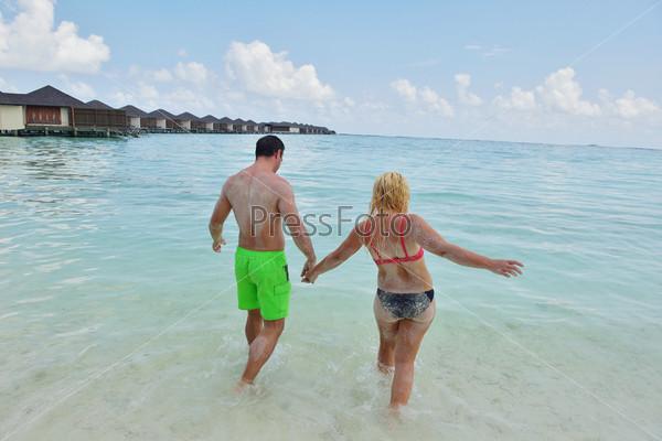 Фотография на тему Счастливая молодая пара веселится и отдыхает на летних каникулах