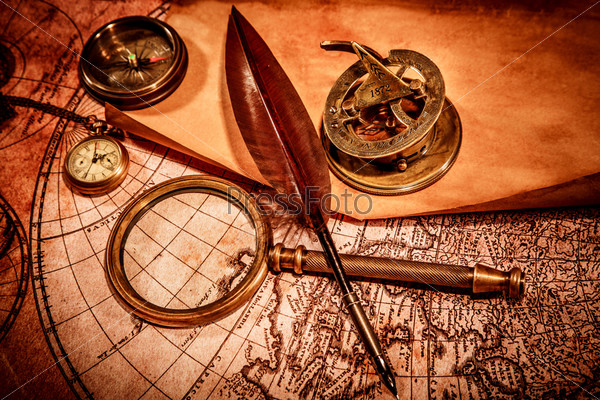 Винтажные увеличительное стекло лежит на карте древнего мира
