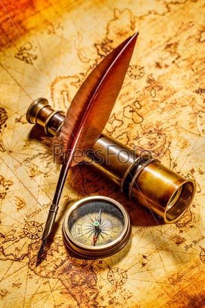 Винтажный натюрморт. Старинные предметы на древней карте