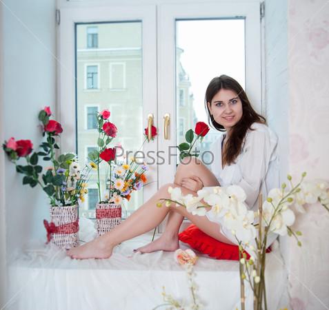 Женщина и цветы на подоконнике