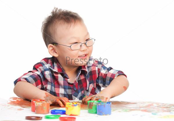 Китайский мальчик рисует