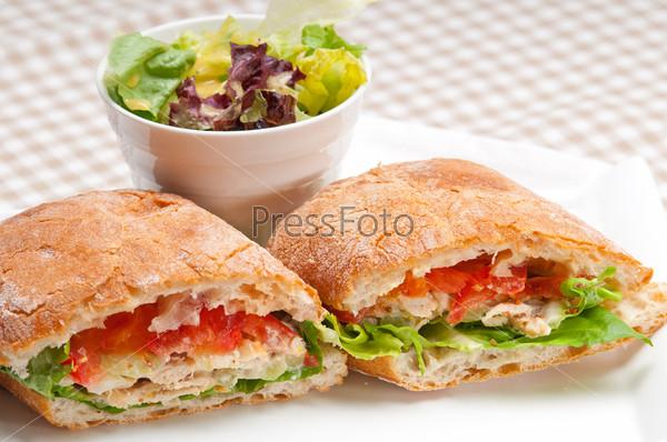 Сэндвич чиабатта панини с курицей и помидорами
