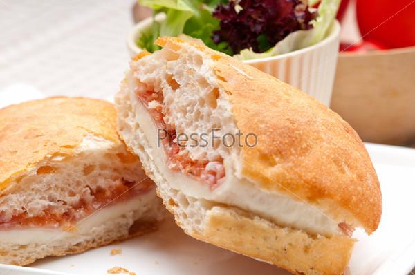 Фотография на тему Сэндвич чиабатта панини с курицей и помидорами