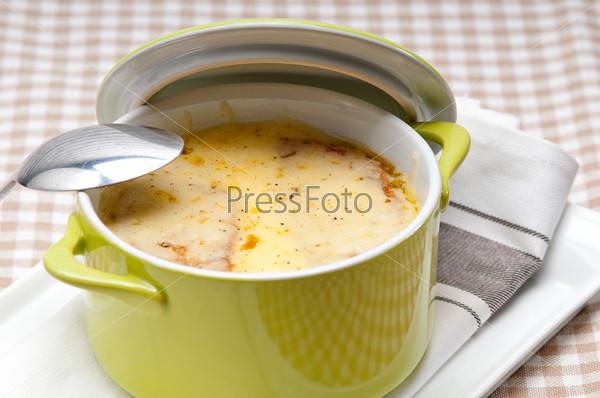 Луковый суп с сыром и хлебом